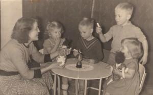 Foto 1957 Mijn Moeder Zus Annemarie Broer Kees  ikzelf  en zus Herma